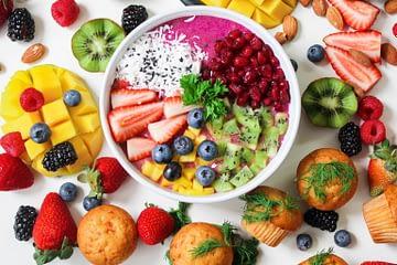 Une présentation de bol avec plein de fruits