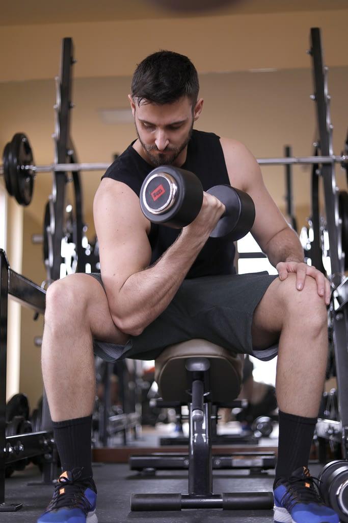 Alain coach sportif de circuit training travaille ses biceps