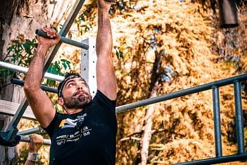 Un homme monte sur une échelle en pont de singe